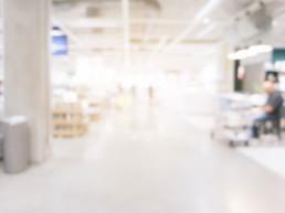 Panoramica sfuocata di un supermercato con luce forte