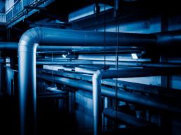 Tubature e tubazioni all'interno di un capannone industriale