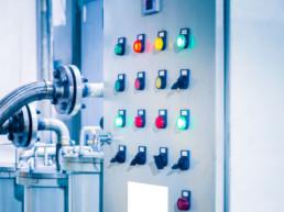 Pannello di Controlla di macchina industriale con luci colorate
