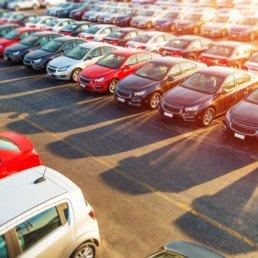 Parcheggio di concessionaria pieno di macchine