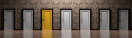 4 strategie di Web Marketing per PMI - Porte gialla in mezzo a tante porte bianche